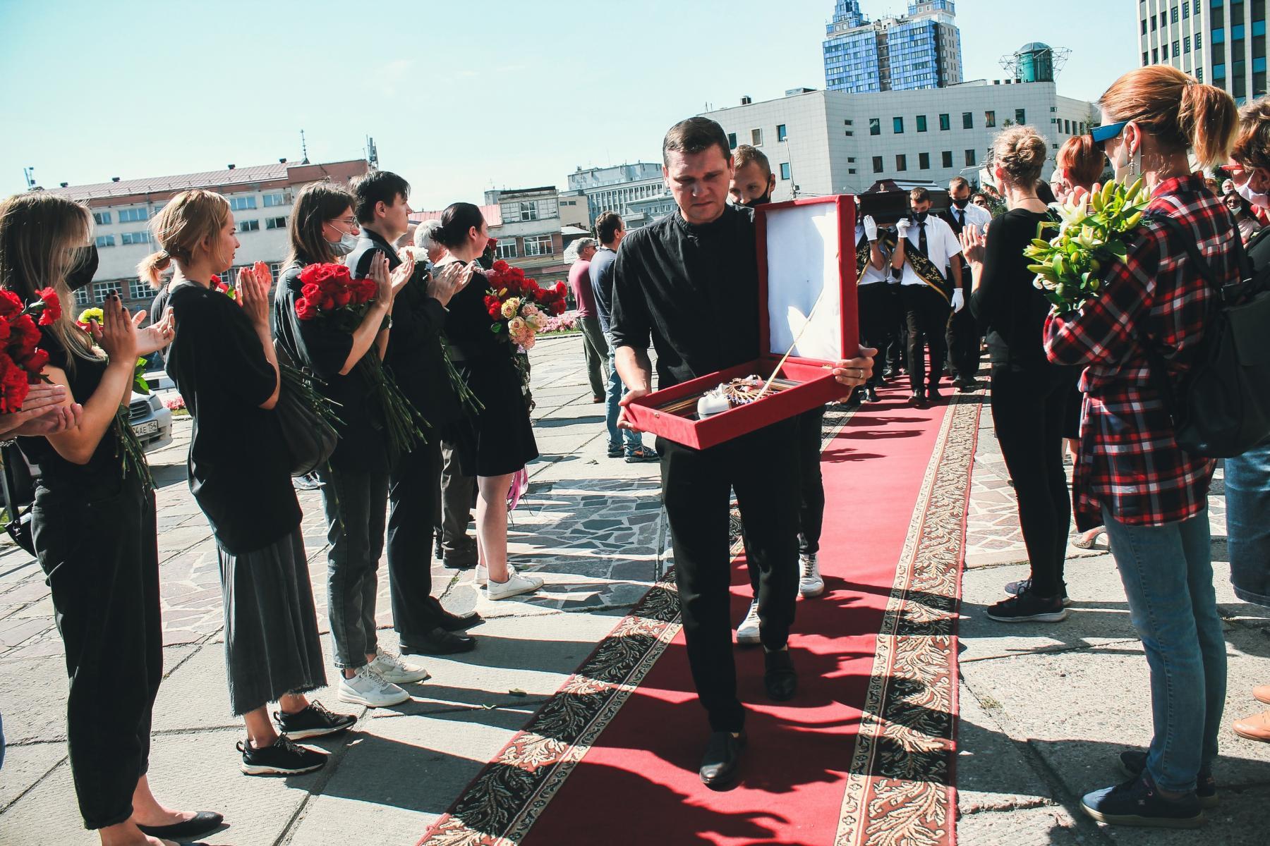 Фото Финальные аплодисменты: как новосибирцы простились с актёром театра «Глобус» Лаврентием Сорокиным (фоторепортаж) 10