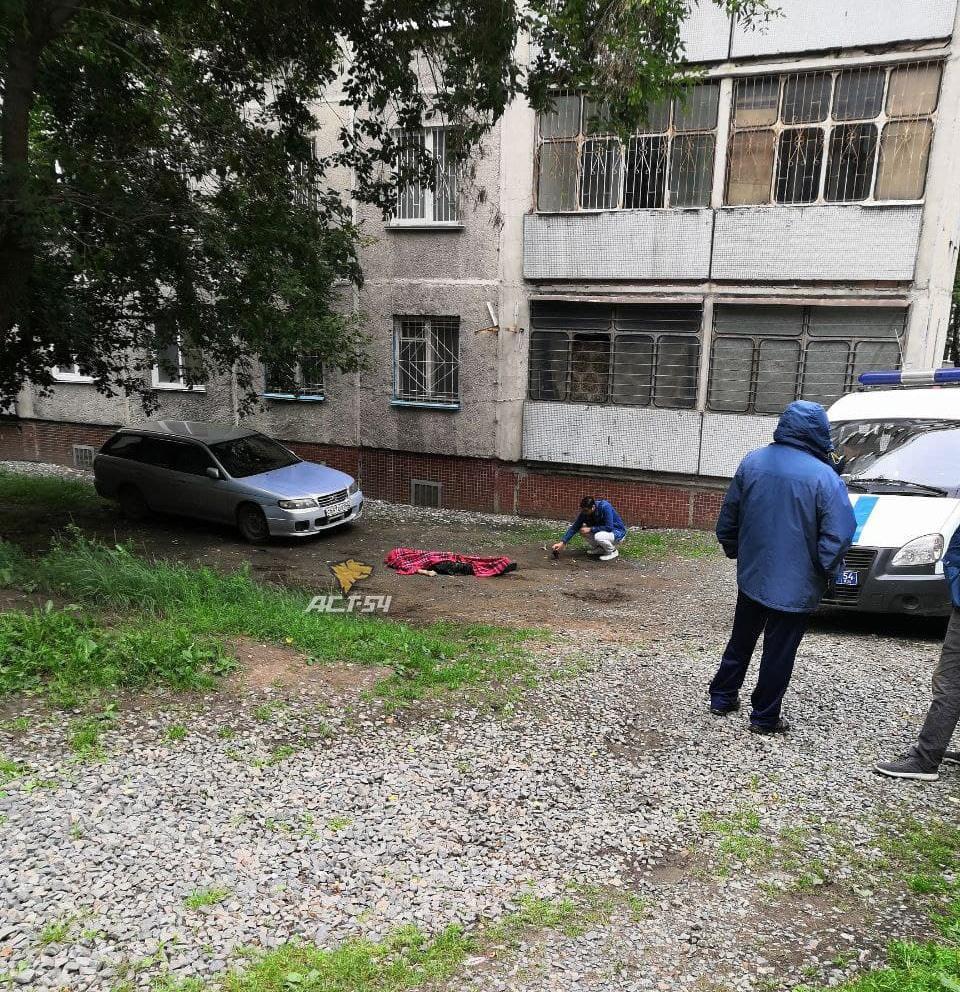 Фото Мужчина погиб после падения из окна многоэтажки в Новосибирске 2