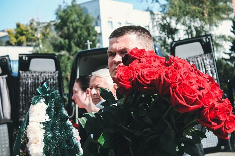 Фото Финальные аплодисменты: как новосибирцы простились с актёром театра «Глобус» Лаврентием Сорокиным (фоторепортаж) 15