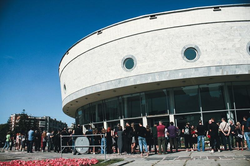 Фото Финальные аплодисменты: как новосибирцы простились с актёром театра «Глобус» Лаврентием Сорокиным (фоторепортаж) 18