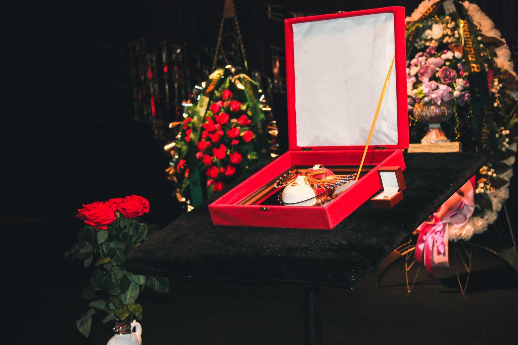 Фото Финальные аплодисменты: как новосибирцы простились с актёром театра «Глобус» Лаврентием Сорокиным (фоторепортаж) 4