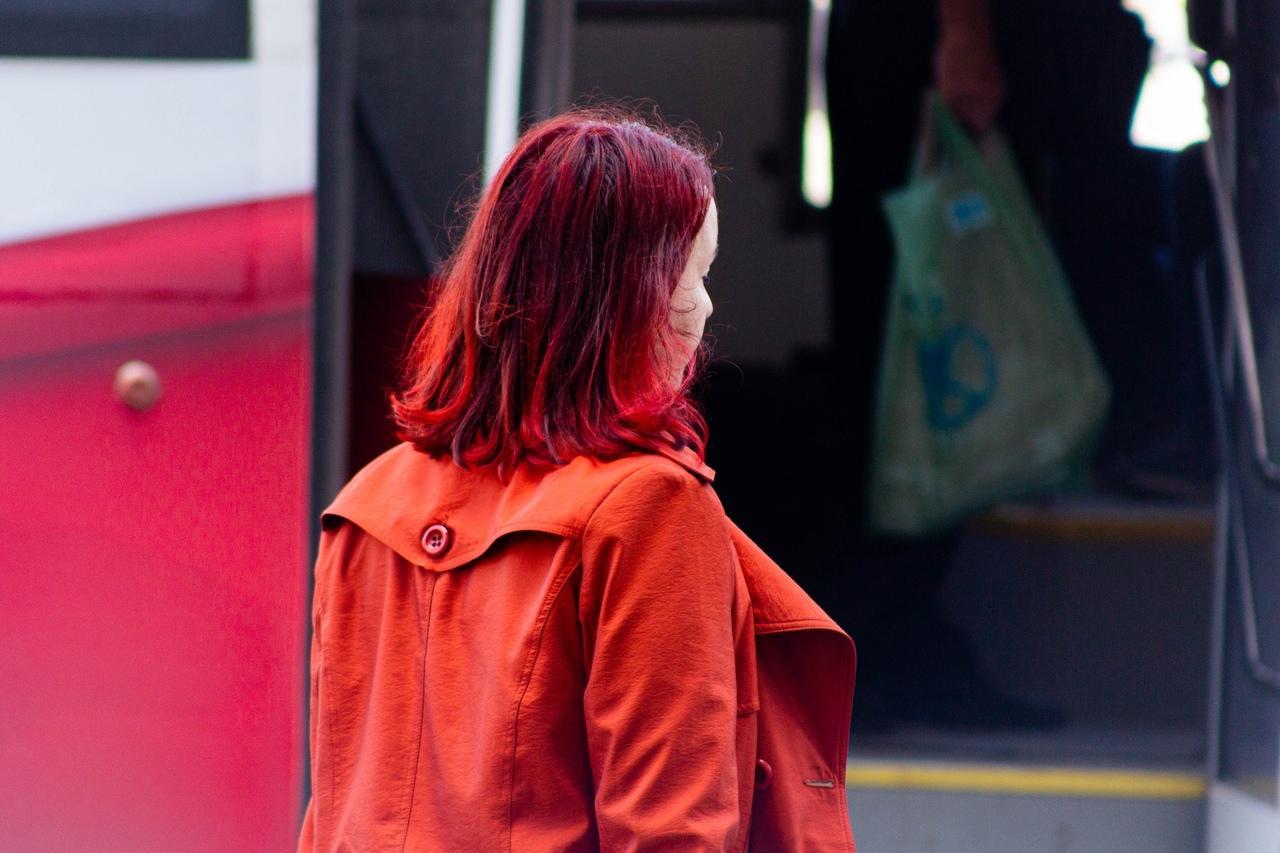 фото Девочки-павлины: Новосибирск захватывает мода на цветные волосы – зачем девушкам синие пряди и почему психологи только за 5
