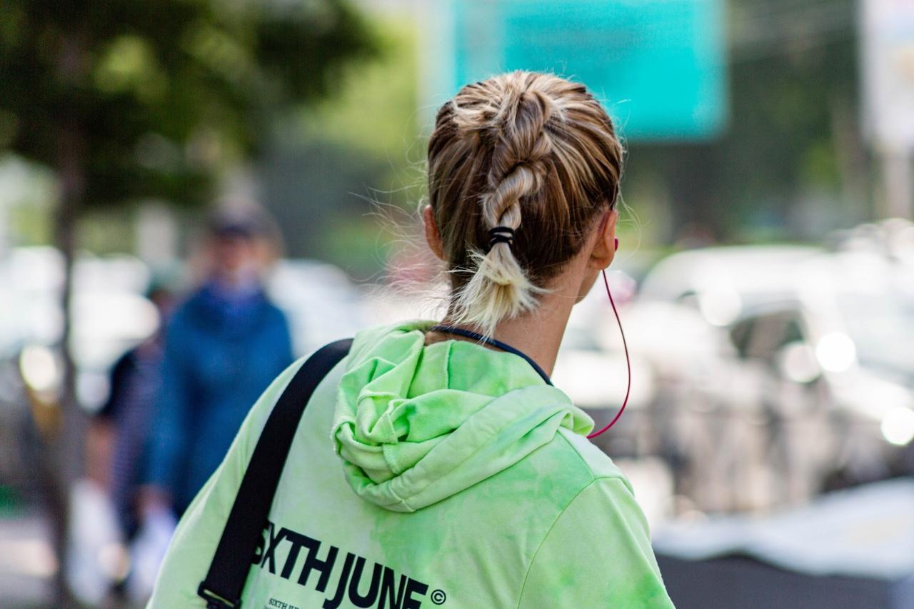 фото Девочки-павлины: Новосибирск захватывает мода на цветные волосы – зачем девушкам синие пряди и почему психологи только за 6