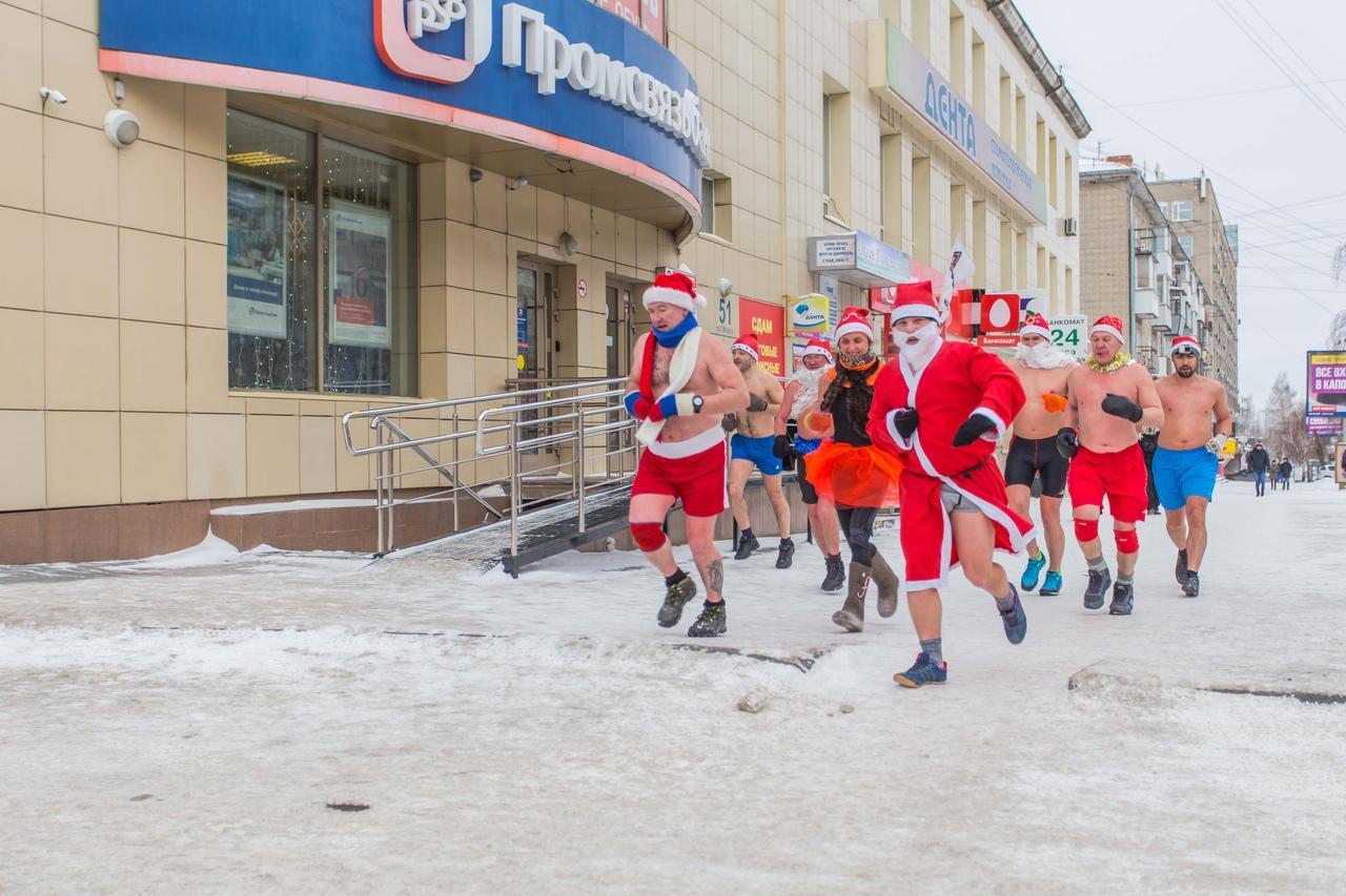 фото Полуголые Деды Морозы пробежались по Новосибирску и нырнули в прорубь 2