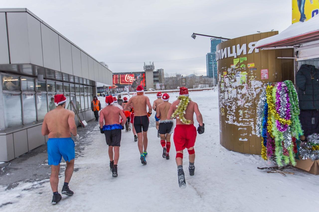 фото Полуголые Деды Морозы пробежались по Новосибирску и нырнули в прорубь 4