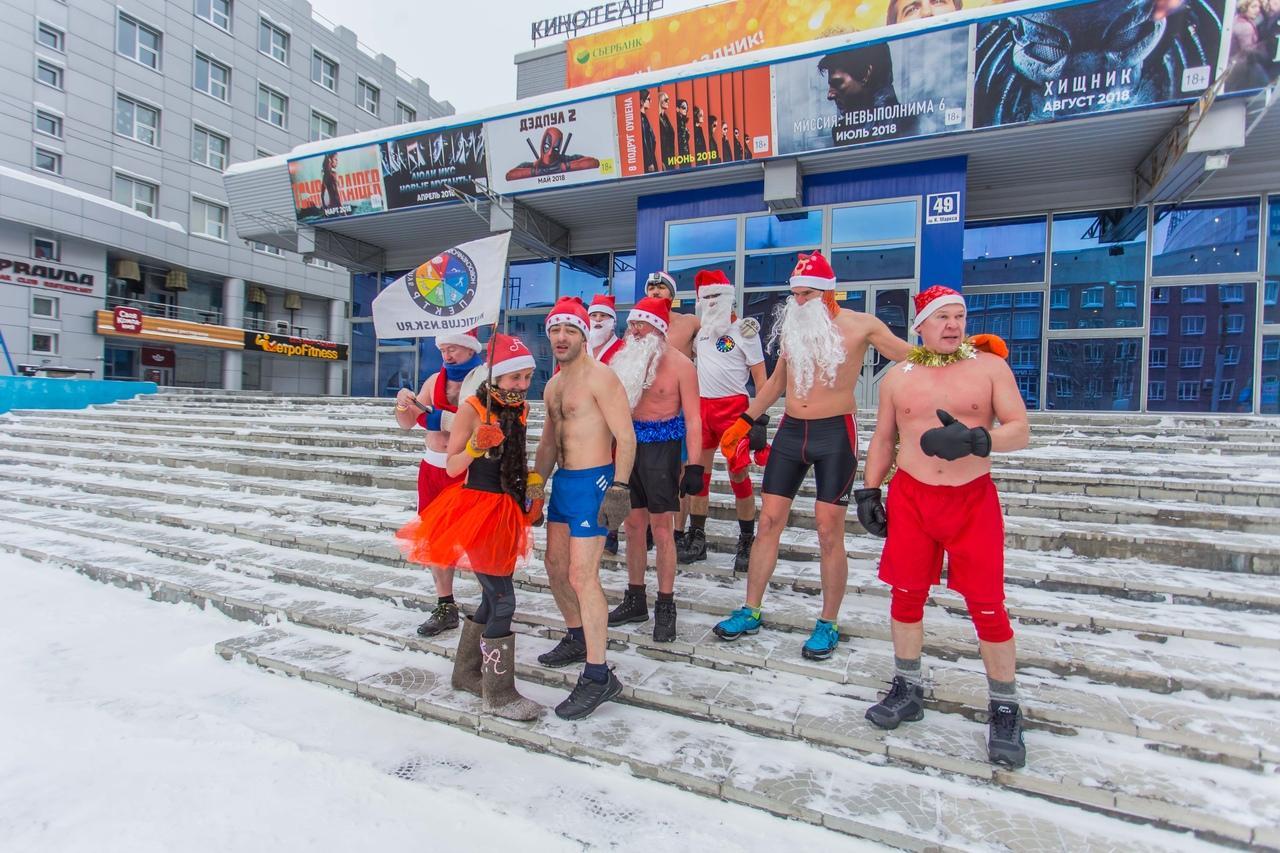 фото Полуголые Деды Морозы пробежались по Новосибирску и нырнули в прорубь 3