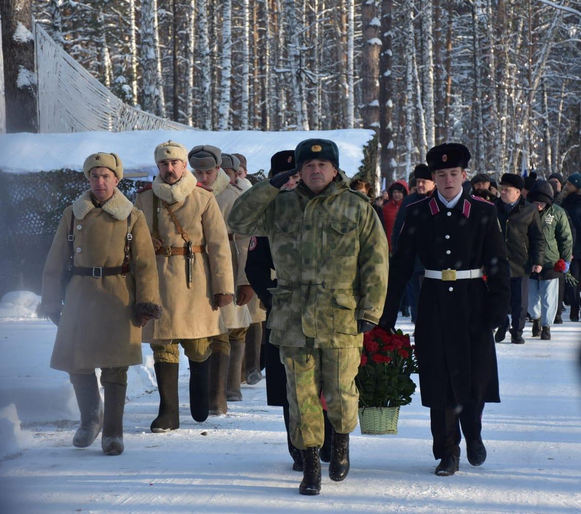 фото Памятник Двум неизвестным бойцам открыли в Новосибирске 2