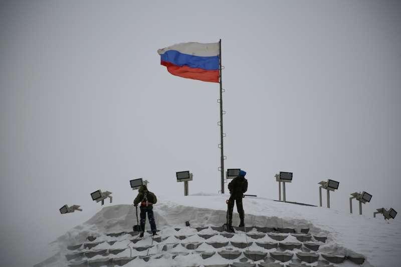 Фото Промышленные альпинисты сбросили с крыши НОВАТа тонны снега 4