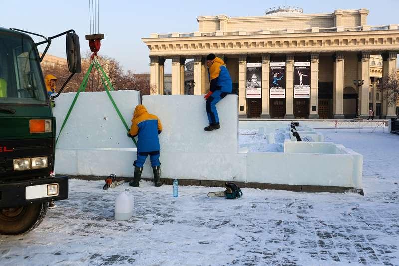 фото Скандальный каток начали сооружать у НОВАТа: первые фото будущего ледового городка 4