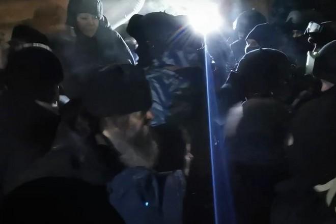 Фото Пытались отбить: драка верующих с полицией при задержании опального схимонаха Сергия попала на видео 2