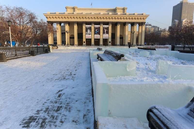 фото Скандальный каток начали сооружать у НОВАТа: первые фото будущего ледового городка 7