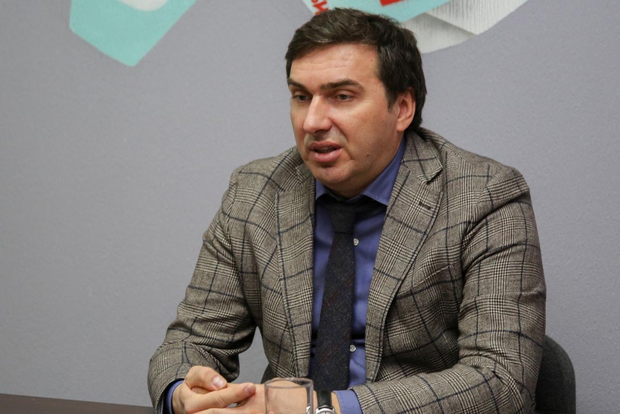 Фото Третья волна COVID-19, новые поликлиники и планы на 1 января: главное из интервью с министром здравоохранения Константином Хальзовым 3