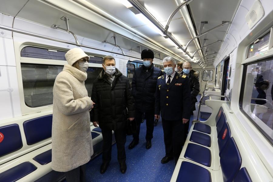 фото «Осторожно, двери закрываются»: поезд-музей в честь 35-летия новосибирского метро пустили в подземке 3