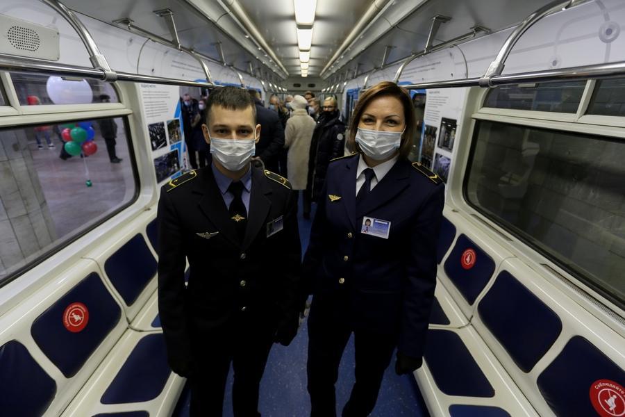 фото «Осторожно, двери закрываются»: поезд-музей в честь 35-летия новосибирского метро пустили в подземке 4