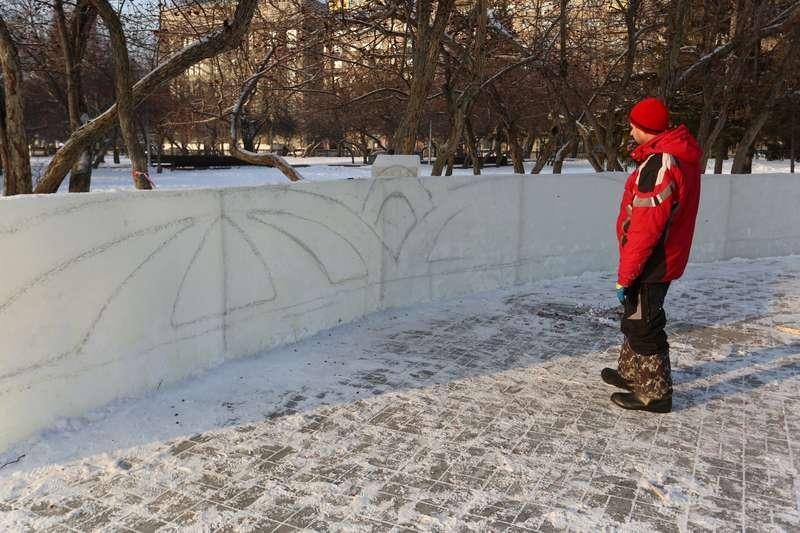 фото Скандальный каток начали сооружать у НОВАТа: первые фото будущего ледового городка 6