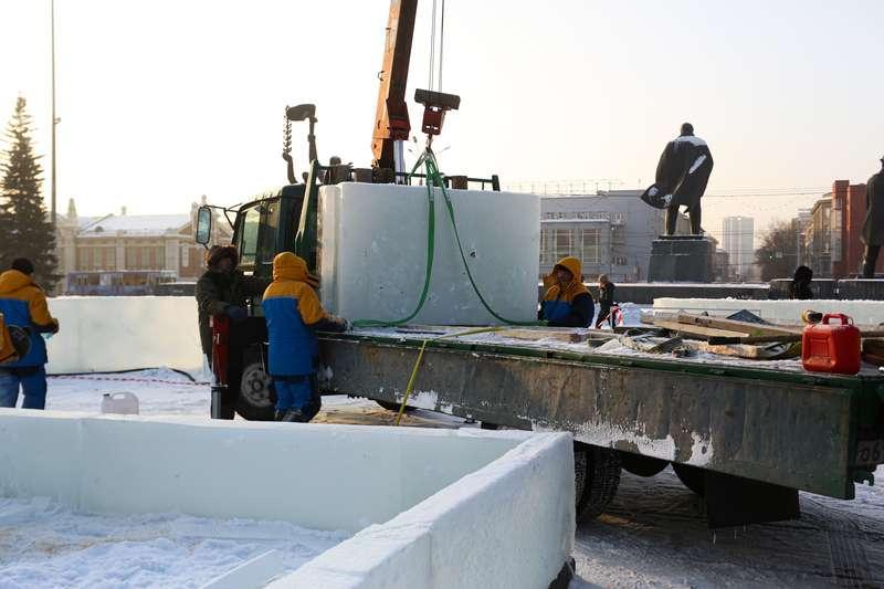 фото Скандальный каток начали сооружать у НОВАТа: первые фото будущего ледового городка 3