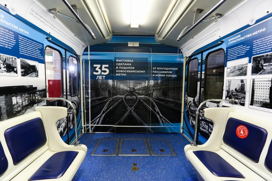 фото «Осторожно, двери закрываются»: поезд-музей в честь 35-летия новосибирского метро пустили в подземке 2