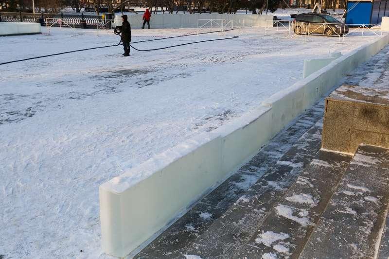 фото Скандальный каток начали сооружать у НОВАТа: первые фото будущего ледового городка 5