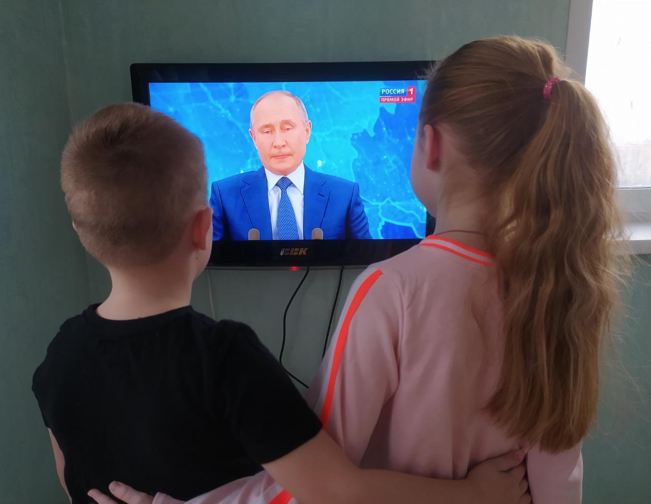 Фото Путин на экране: как котики, депутаты и дольщики в Новосибирске смотрят большую пресс-конференцию президента 14