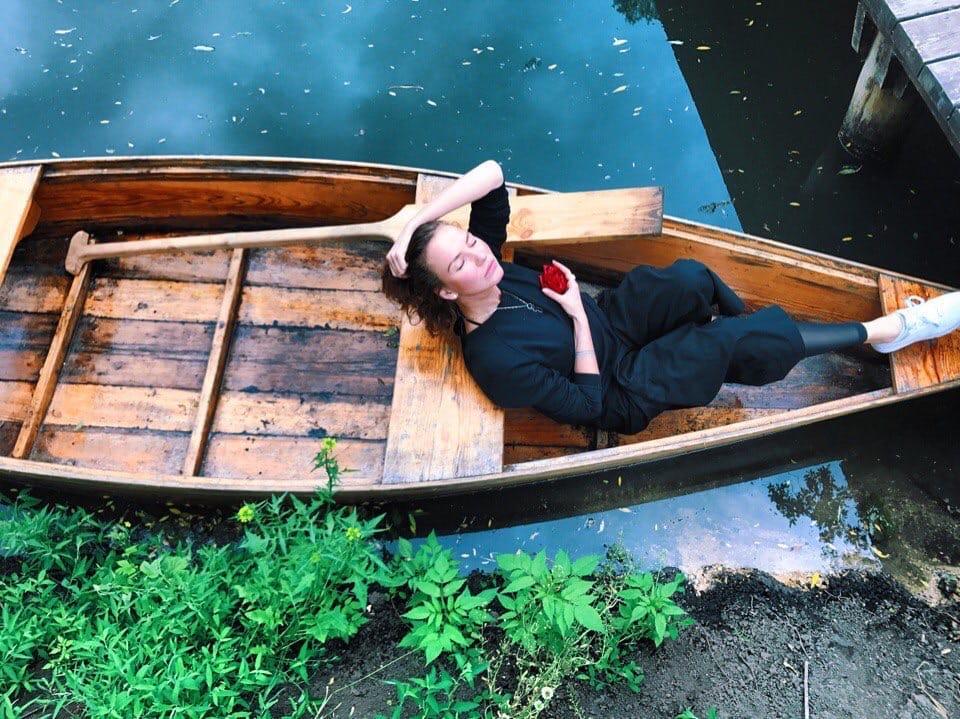 фото Мурашки от стихов, мечты о доме в лесу и сотрудничество с Ёлкой – интервью поэтессы Ах Астаховой перед концертом в Новосибирске 3