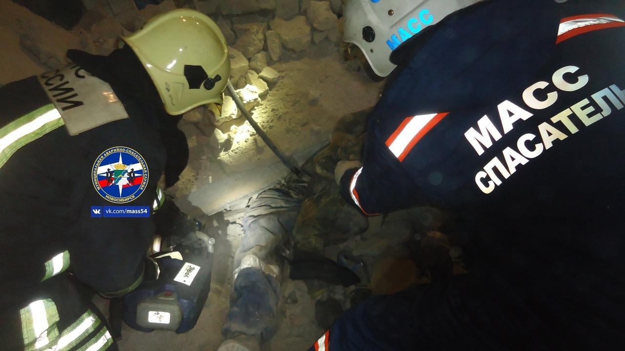 Впятницу вНовосибирске под рухнувшей бетонной плитой умер  рабочий