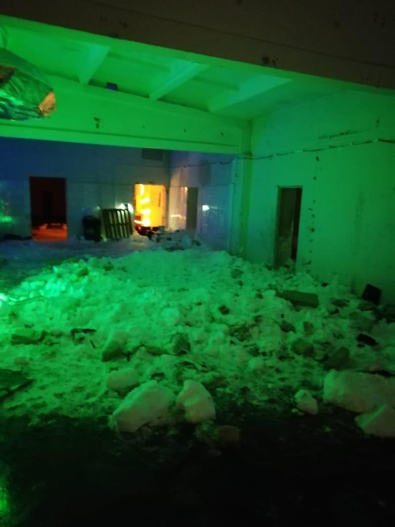 фото Погибла под завалами: появились первые кадры с места ночного обрушения крыши в кафе Новосибирска 4