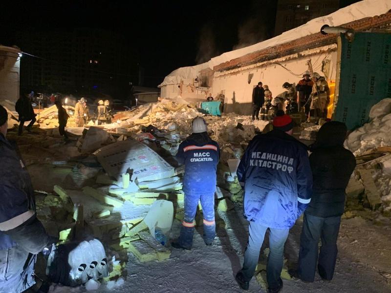 фото Погибла под завалами: появились первые кадры с места ночного обрушения крыши в кафе Новосибирска 3