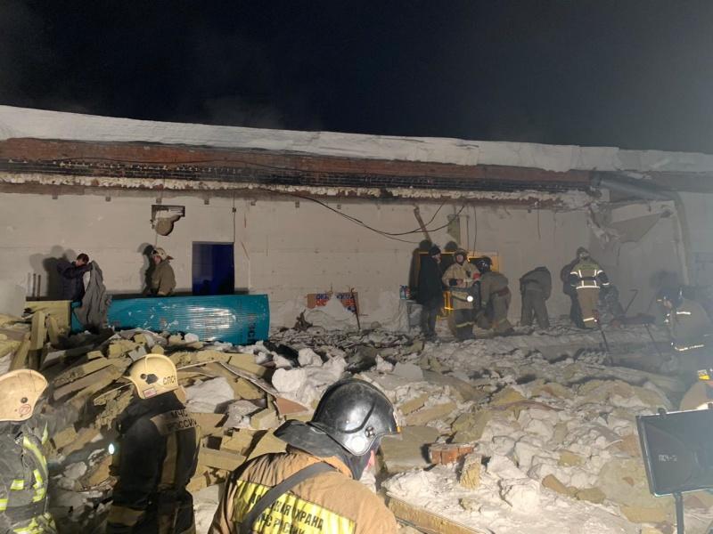 фото Погибла под завалами: появились первые кадры с места ночного обрушения крыши в кафе Новосибирска 5