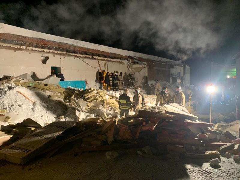 фото Погибла под завалами: появились первые кадры с места ночного обрушения крыши в кафе Новосибирска 2