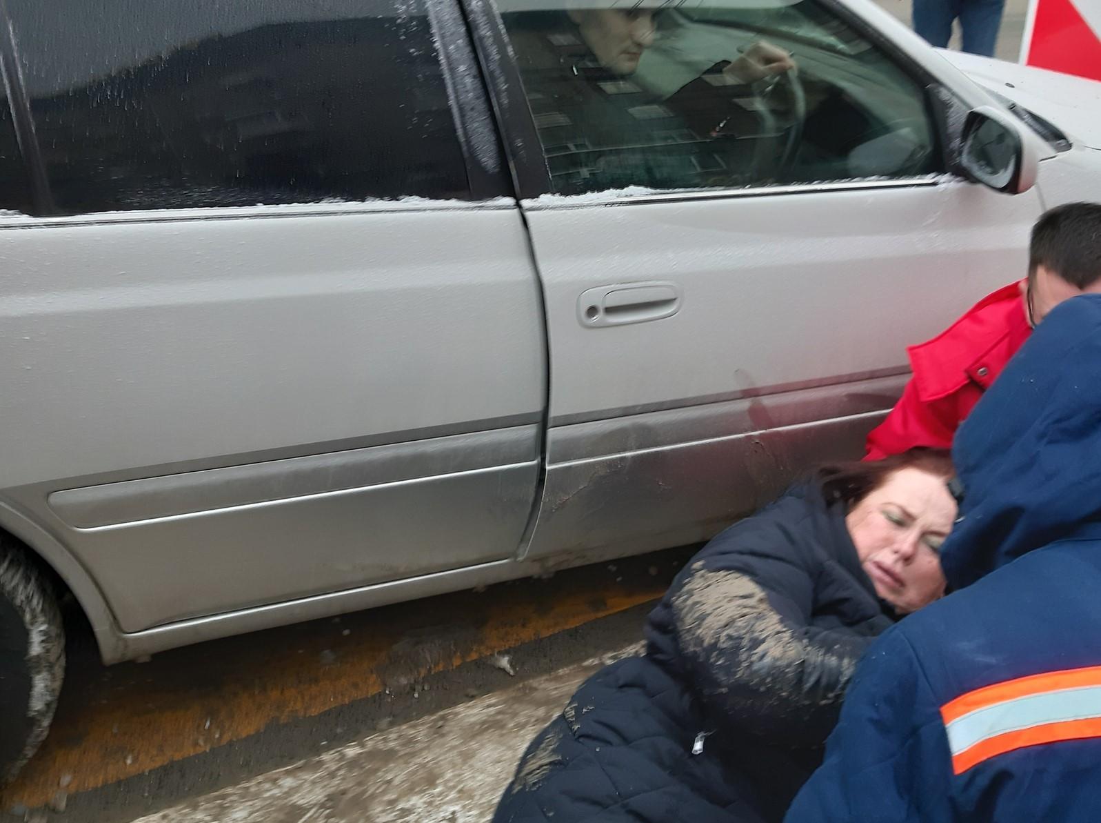 фото «Первая мысль – дома ждёт сынок»: молодая мать едва не попала под колёса въехавшего в толпу седана в Новосибирске 2