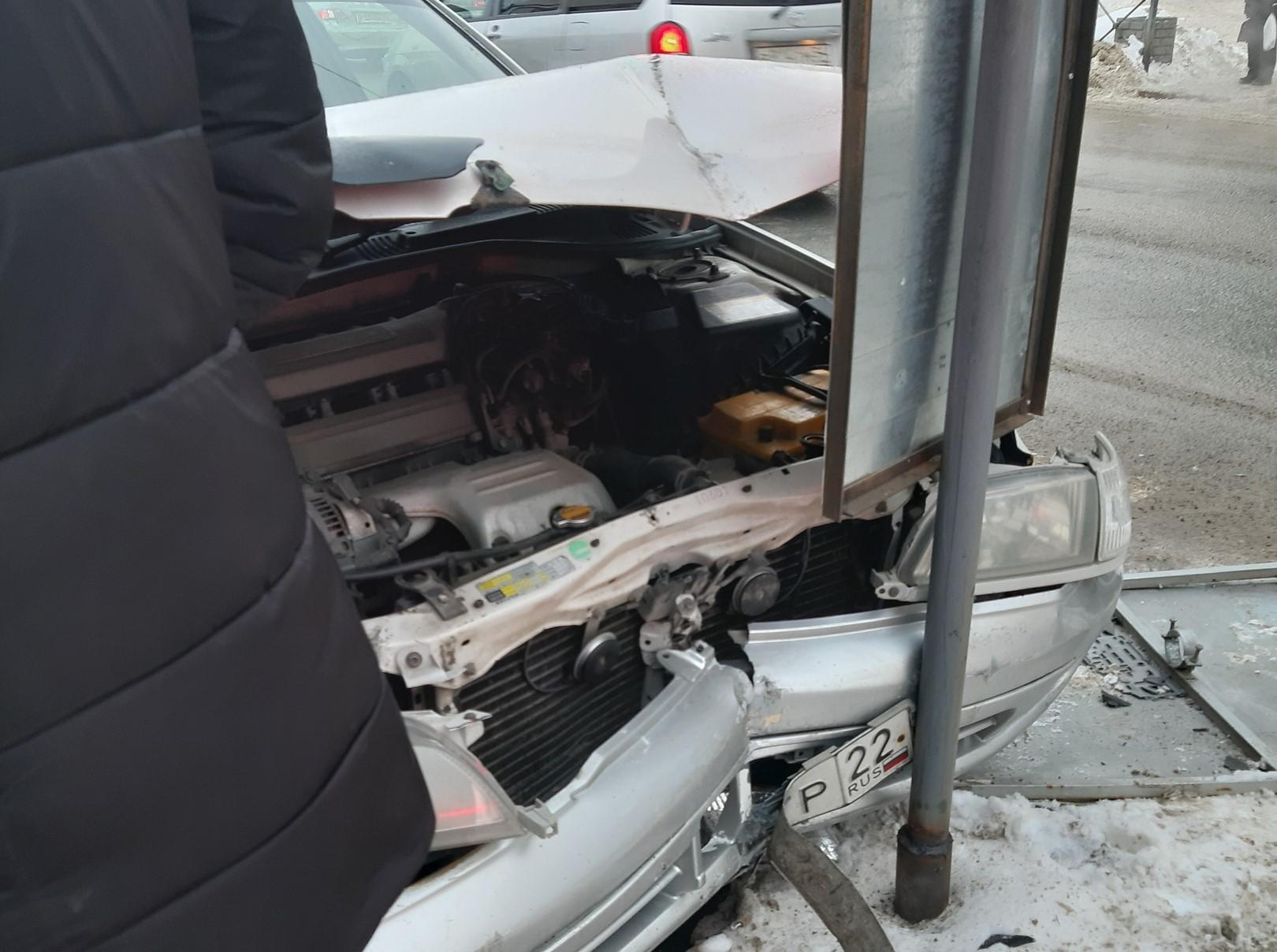 фото «Первая мысль – дома ждёт сынок»: молодая мать едва не попала под колёса въехавшего в толпу седана в Новосибирске 3