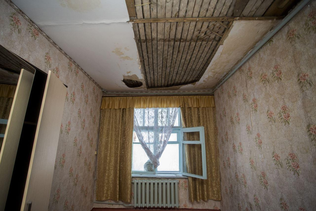 Фото «Потолки обвалились, залило всю мебель»: одинокая пенсионерка из Новосибирска показала свою квартиру после затопления кипятком 2