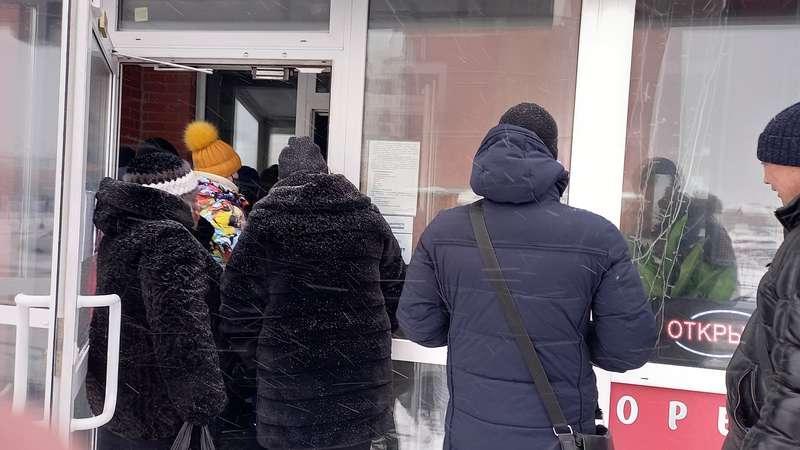 Фото Полевую кухню развернули в обесточенном микрорайоне Чистая слобода в Новосибирске 4