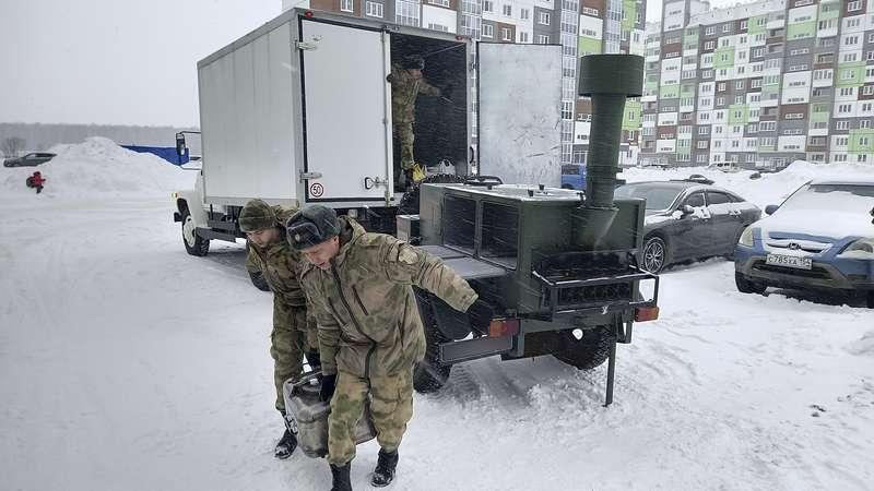 Фото Полевую кухню развернули в обесточенном микрорайоне Чистая слобода в Новосибирске 2
