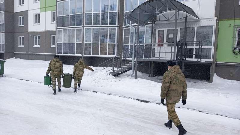 Фото Полевую кухню развернули в обесточенном микрорайоне Чистая слобода в Новосибирске 3