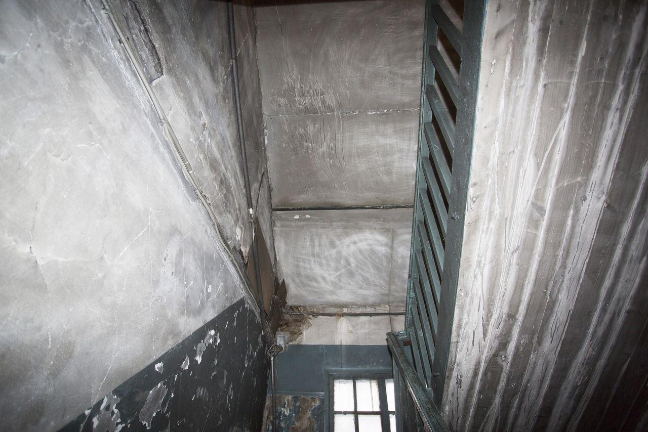 Фото «Потолки обвалились, залило всю мебель»: одинокая пенсионерка из Новосибирска показала свою квартиру после затопления кипятком 9
