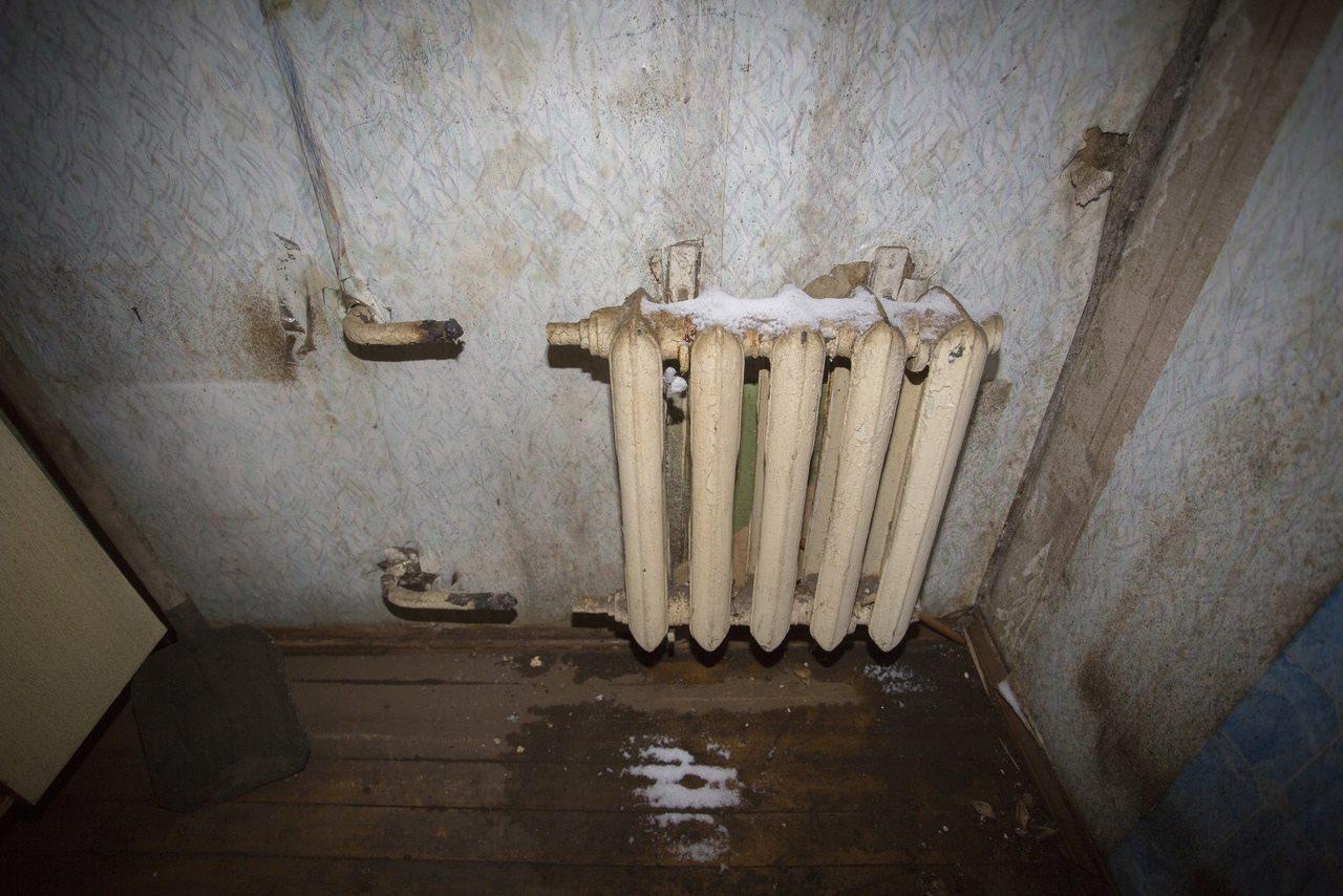 Фото «Потолки обвалились, залило всю мебель»: одинокая пенсионерка из Новосибирска показала свою квартиру после затопления кипятком 3