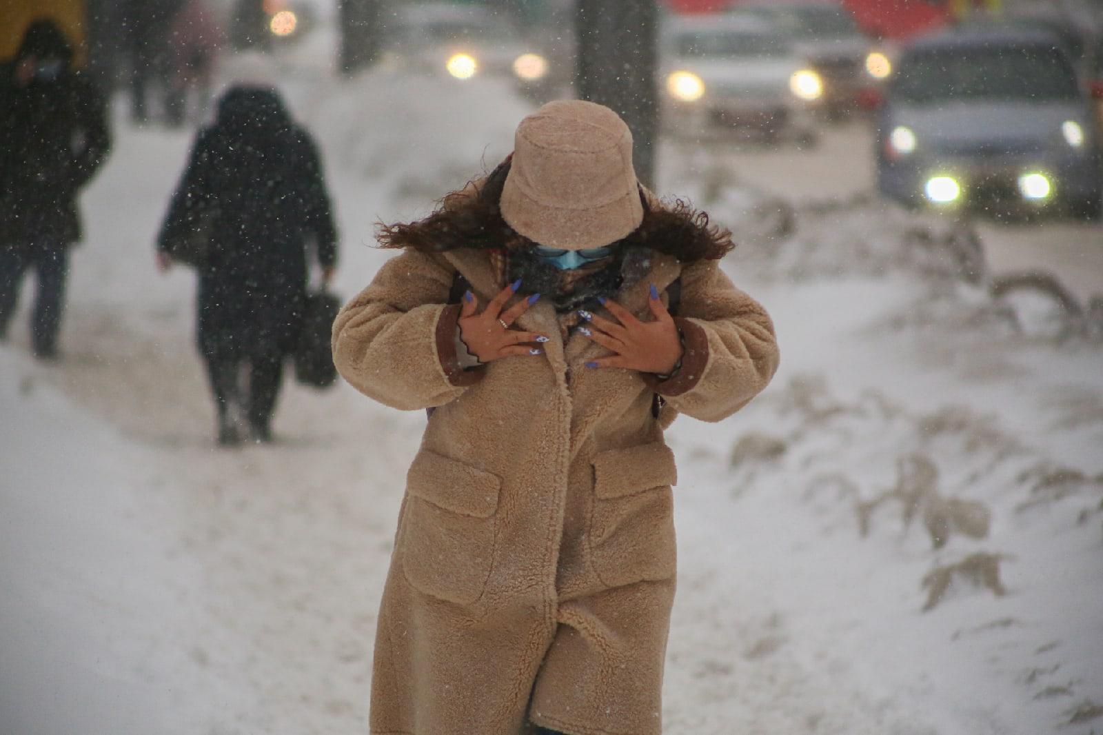 фото Новосибирск накрыла ледяная буря: 10 фото из снежного плена 3