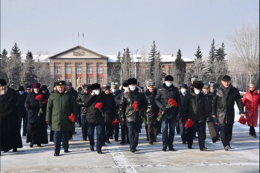 фото Первые лица Новосибирской области отметили 23-е февраля возложением цветов к Вечному огню 2