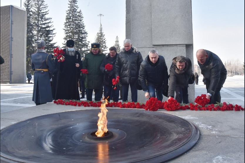фото Первые лица Новосибирской области отметили 23-е февраля возложением цветов к Вечному огню 3