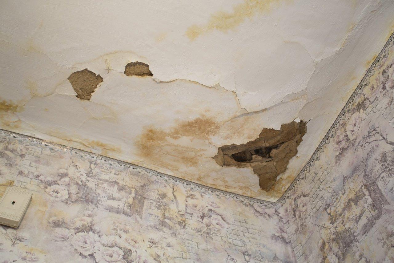 Фото «Потолки обвалились, залило всю мебель»: одинокая пенсионерка из Новосибирска показала свою квартиру после затопления кипятком 5