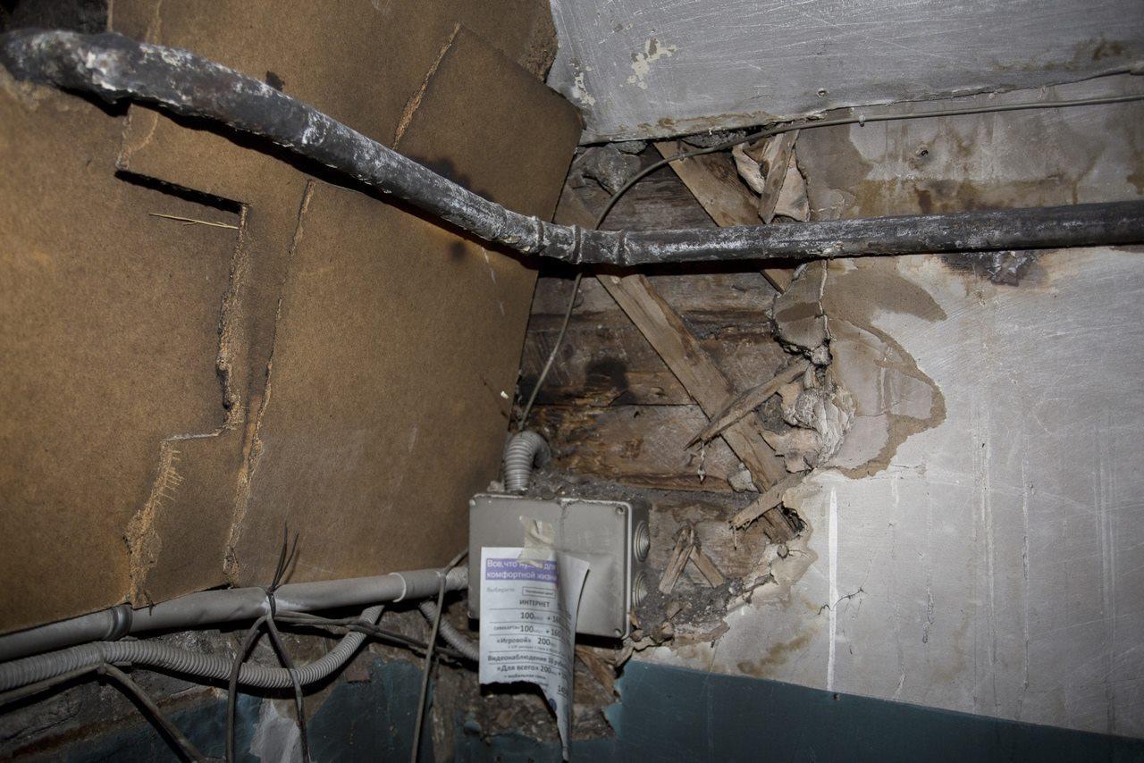 Фото «Потолки обвалились, залило всю мебель»: одинокая пенсионерка из Новосибирска показала свою квартиру после затопления кипятком 11