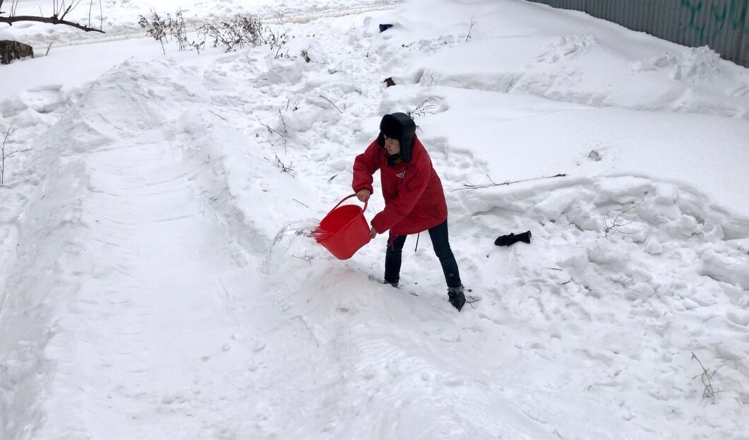 Фото Жительница Томска попросила президента помочь сделать ледовую горку во дворе её дома 2