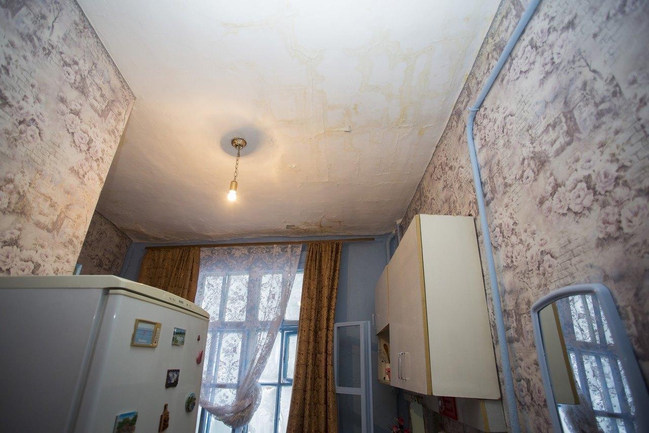 Фото «Потолки обвалились, залило всю мебель»: одинокая пенсионерка из Новосибирска показала свою квартиру после затопления кипятком 13