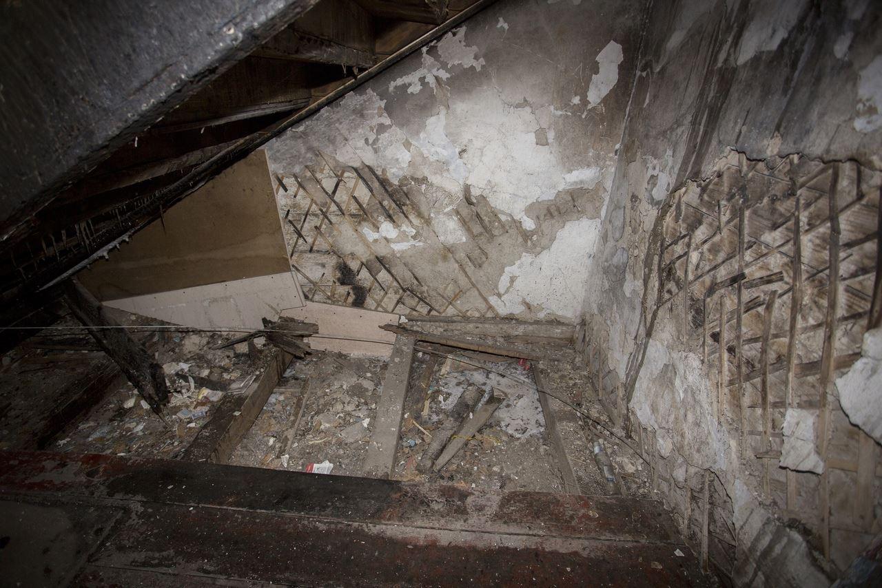 Фото «Потолки обвалились, залило всю мебель»: одинокая пенсионерка из Новосибирска показала свою квартиру после затопления кипятком 18