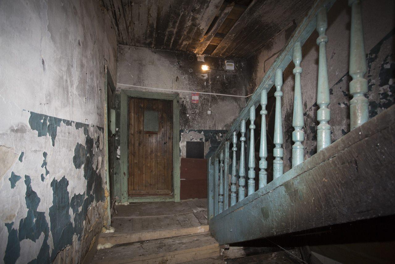 Фото «Потолки обвалились, залило всю мебель»: одинокая пенсионерка из Новосибирска показала свою квартиру после затопления кипятком 19