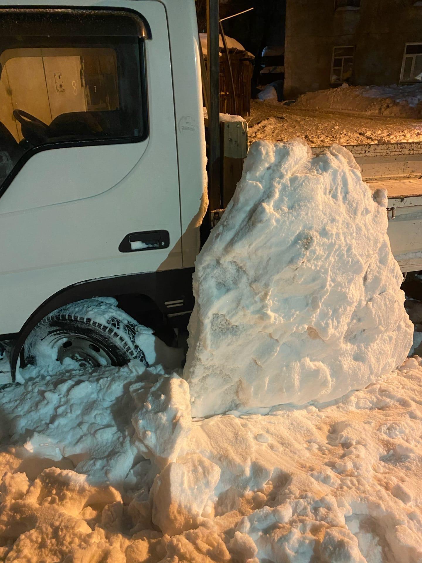 Фото Сошедший с крыши снег заблокировал выход из дома на улице Лобова в Новосибирске 2