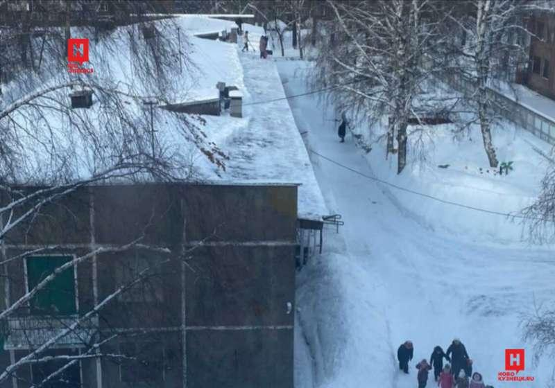 фото Воспитателей детсада выгнали на крышу убирать снег в Кузбассе 3