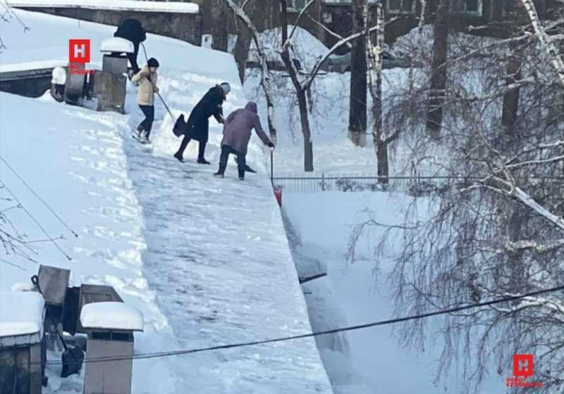 фото Воспитателей детсада выгнали на крышу убирать снег в Кузбассе 2