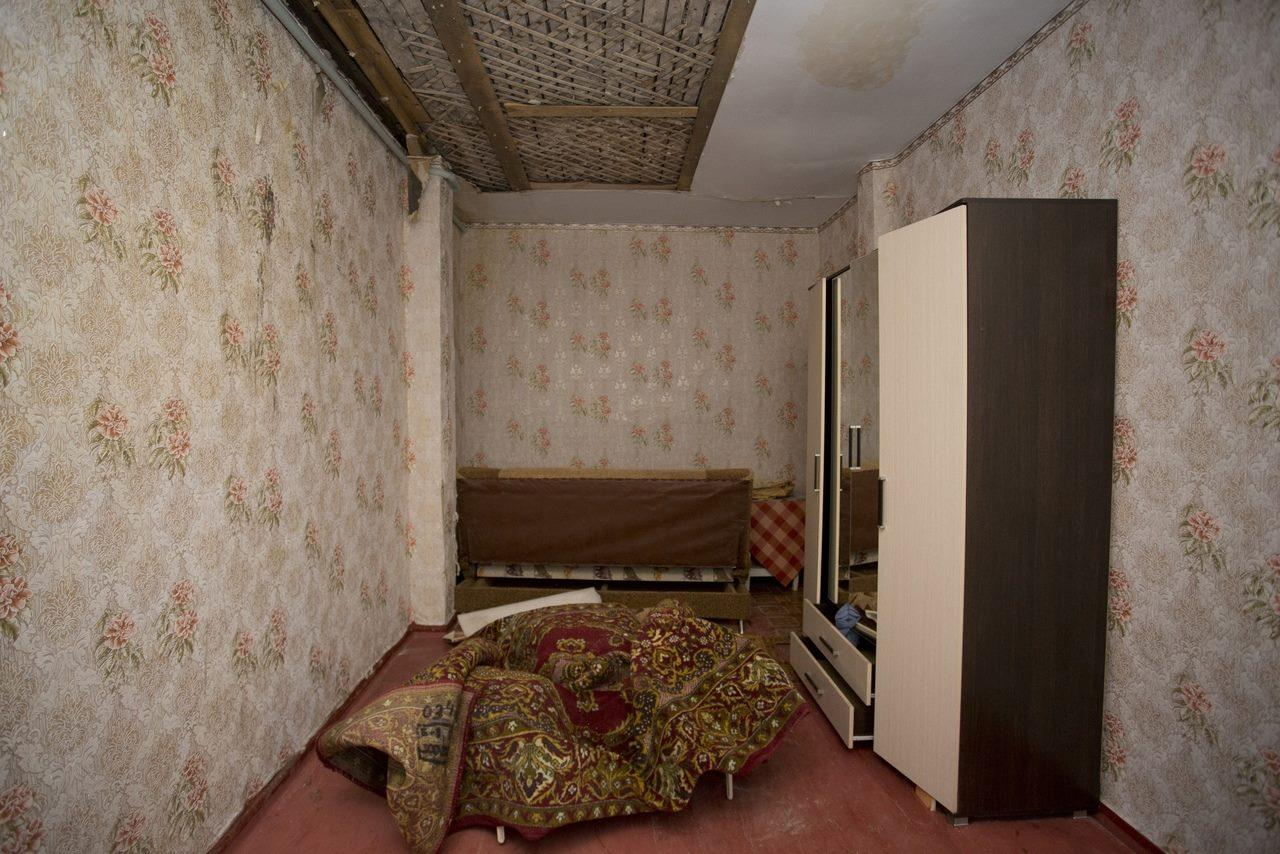 Фото «Потолки обвалились, залило всю мебель»: одинокая пенсионерка из Новосибирска показала свою квартиру после затопления кипятком 15